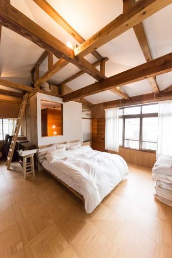 ベッドに寝転がると「白でくるまれているみたい」だという空間。開口も大きくて明るい。