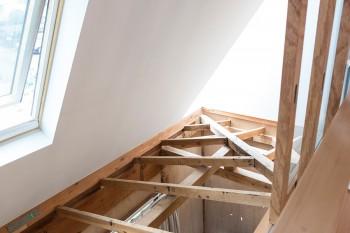 吹き抜けの、もとの屋根にあった梁と小屋組。