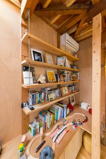 お子さんがプラレールで遊ぶスペース。造りつけの棚には北欧のお土産などを飾っている。