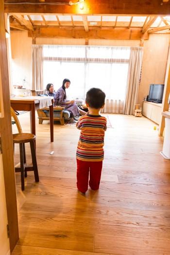 広い空間は子供の遊び場に最適。ダイニングテーブルは北欧ヴィンテージ。