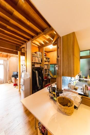 キッチンは夢乃さんの身長に合わせて、高めのサイズでオーダー。野菜を中心とした料理づくりを楽しんでいる。