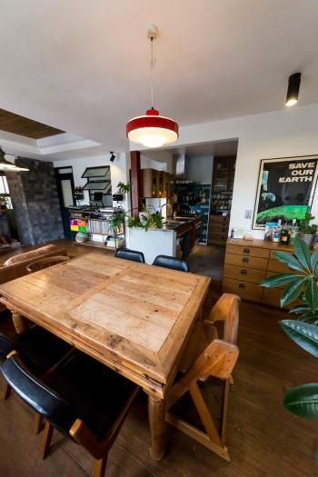 「アメリカの古い家の廃材で作ったテーブルは、目黒通りのインテリアショップで見つけました」
