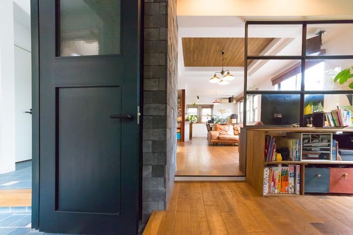 手前は以前、土間だったスペース。リビングの床材とは趣の違う、ラフな質感の素材で床を張った。