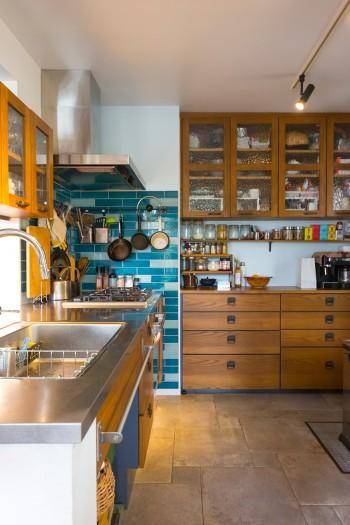 「マンション時代はカウンターキッチンだったのですが、動線が使いづらく感じたので、出入りのしやすい形にしました」