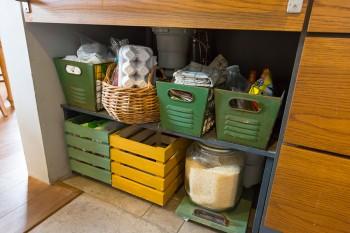 DIYの得意なさくらさん。重いお米が入った容器を楽に引き出せるキャスターなど、シンク下のスペースもDIYで使いやすく工夫。