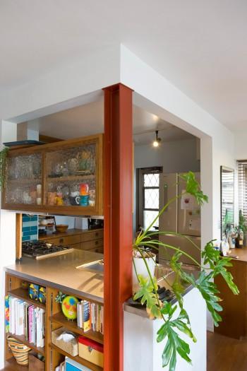 家の構造上、抜くことのできなかった木の柱はH鋼に変え、錆止めの色をそのまま残してインダストリアルな雰囲気に。