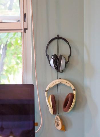 パソコンスペースの横には、壁にフックをつけてヘッドフォンを見せる収納。