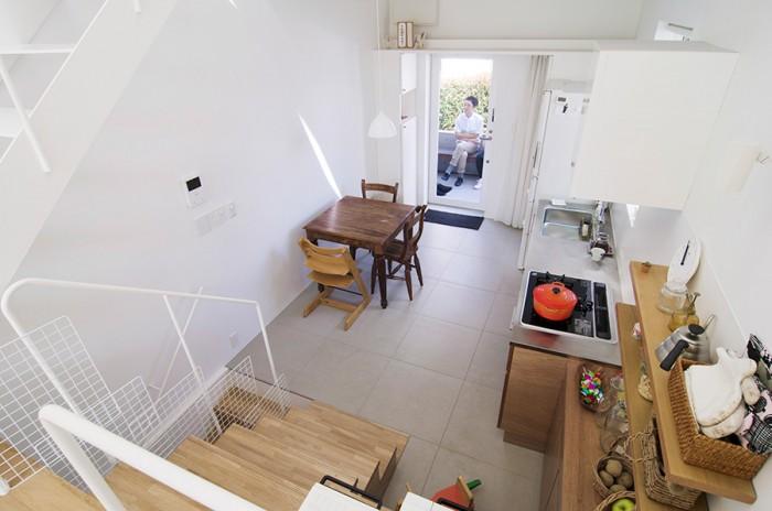 リビングからダイニングキッチンを見下ろす。この家は全体がワンルームになっていて、それぞれの場所がスキップしながらつながっている。