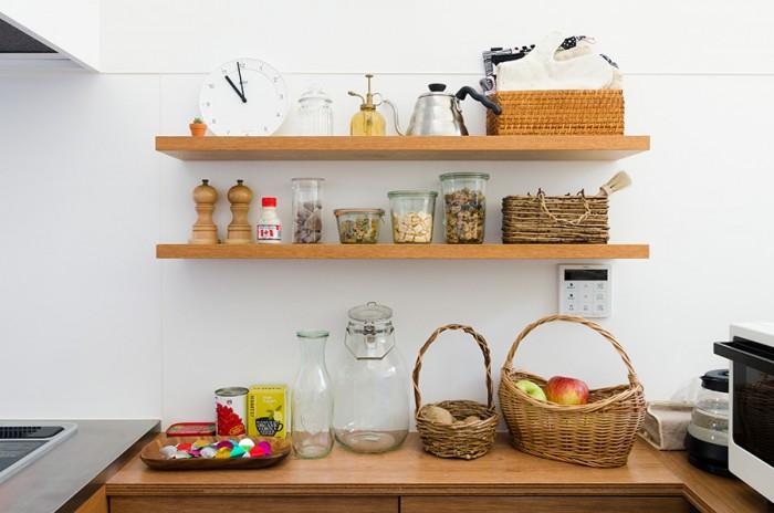"""キッチンの壁に設けられた棚。このデザインとともに、棚上に並べられた香辛料や食材などが""""かわいい""""感じを醸し出している。"""