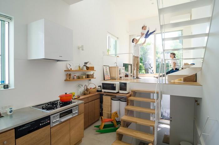 """ダイニングキッチンとリビングとのレベル差は115cm。急な階段にはしたくなかったが、ゆったりとしたものにすると生活空間が狭くなる。悩んだ結果、ゆったりめの""""健康な""""階段を選択したという。"""