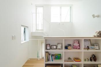 子ども部屋の壁の内側は、棚になっていて収納ができる。
