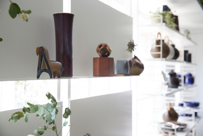 細長く曲がった花瓶はトイニ・ムオナの作品。自然のかたちや色からインスピレーションを受けて作品を作っていたと言われている。