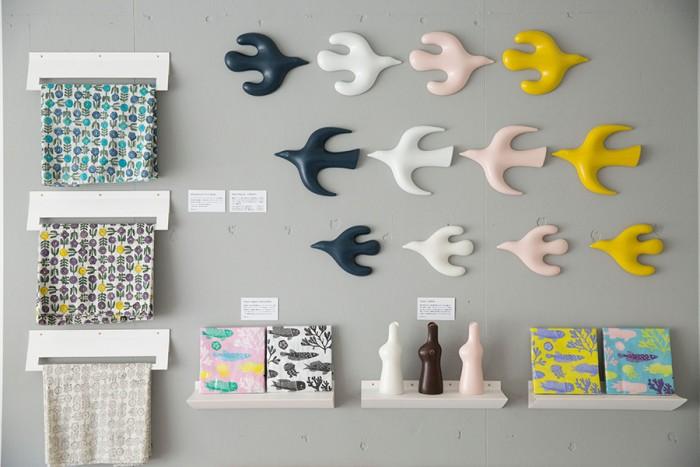 人気作家・鹿児島睦さんの作品も揃う。現在、鹿児島さんの器を手にいれるのはなかなか困難だが、図案や造形が楽しめる布や陶器のアイテムが充実している。ファンはぜひ立ち寄りたい。