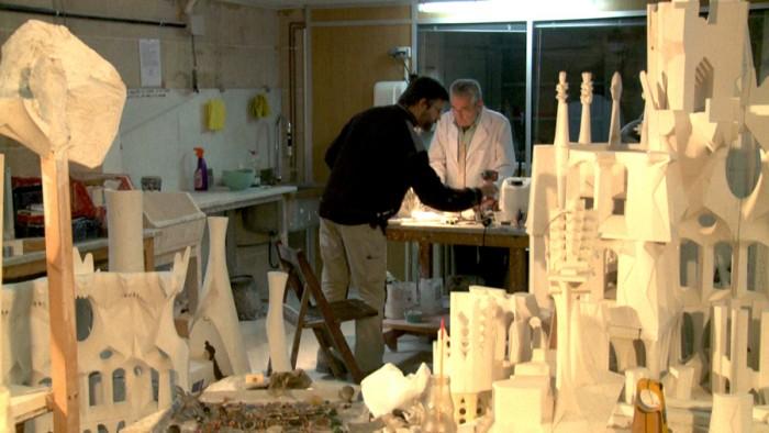 建築家は図面をひくが、ガウディは違った。生誕の門を作っておけば次の世代が完成させるだろうと彼は言っていたという。ガウディの意図をクリエイターたちが創造しながら完成を目指す。