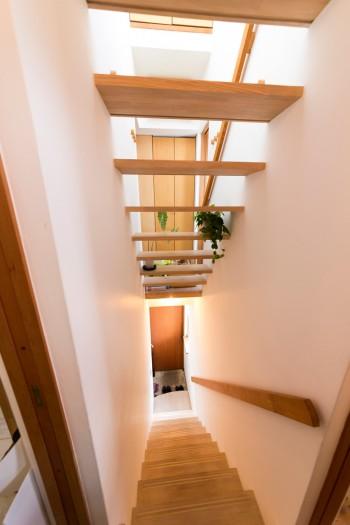 段板のみの階段。上からの光が通り抜けて下まで到達する。