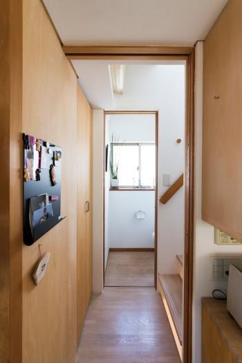 キッチンから階段、トイレへつながる空間。部屋以外の空間はほぼここだけ。