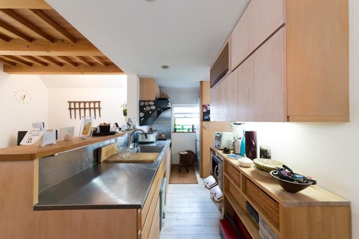 ふたりで料理できるよう、部屋の面積に対して広くとったキッチン。右下の棚は兼祐さんがDIYで作った。