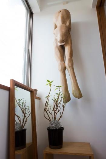 友人の作家が作った彫刻を、階段の踊り場に飾る。