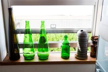 キッチン脇の小窓からも、隣家のグリーンが見られる。