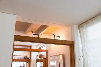 ドアの枠の上もガラスをはめ込み光が通り抜けるようにした。