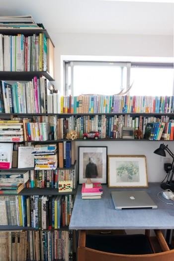 活字中毒の兼祐さんは、小説からデザイン関係の本までたくさん蔵書を持つ。「これでも減らした方なんです」。