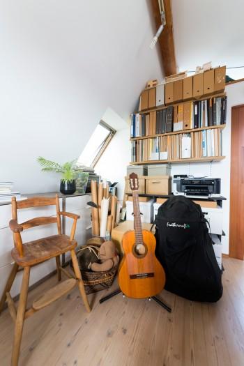 ギターは清美さんの趣味。ともにはまっているのはシーカヤック。房総などに一緒に出かける。