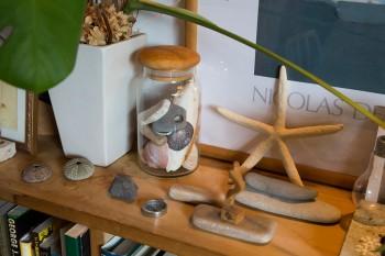 旅先で拾った小石など、思い出の小物を飾る。