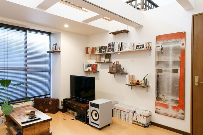 1階の洋室。書架をつくりテレビを置き、リビングとして使っている。