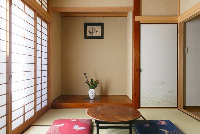 1間の立派な床の間がついた和室。ちゃぶ台は菜穂子さんのおばあさまが使っていたもの。
