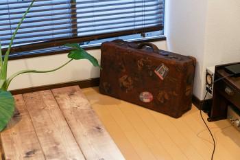 古道具屋さんで見つけたアンティークのトランク。中には家電の説明書などを入れ、収納として活用している。