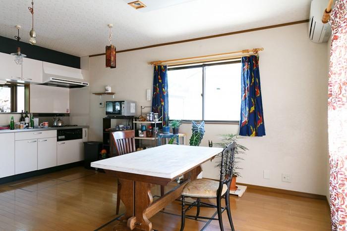 広々とした2階のダイニングキッチン。テーブル下には備えつけの掘りごたつがしまわれている。流しの手前の床には床下収納もある。