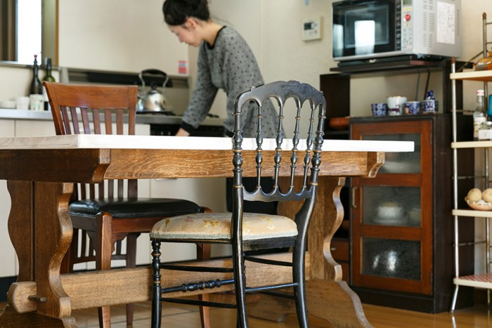 ダイニングテーブルは目黒通りの家具屋に特注したもの。ずっしりとしたアンティークの脚に白いペンキを塗った天板を組み合わせてもらった。シルエットが美しい手前のアンティークの椅子は「ナポレオンチェア」と呼ばれるもの。