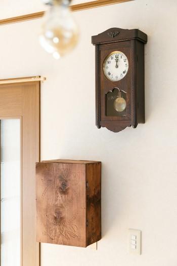 ダイニングの壁で時を刻むのは80年ほど前の振り子時計。古道具屋で見つけた木箱にはパリ万博の文字。かなり古いものらしい。