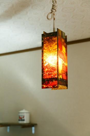 西荻窪のアンティーク家具屋で一目ぼれしたというランプ。