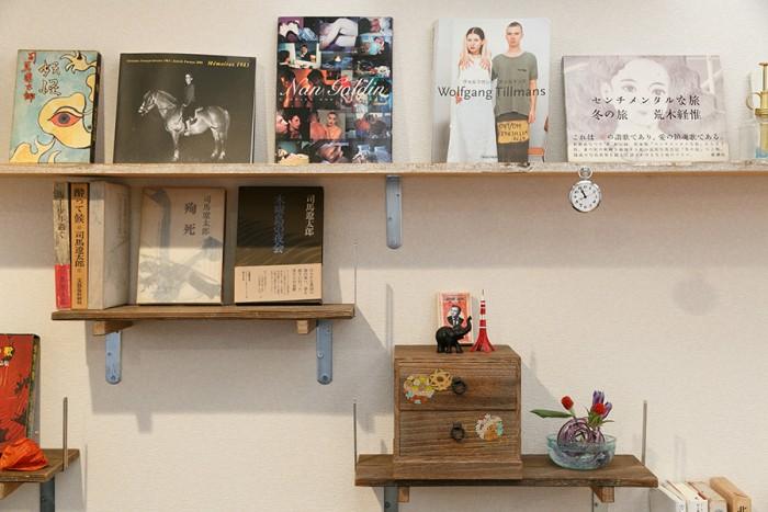 リビングの棚は大介さんのお手製。小さい方の板は陶芸作品を乾かすために使われていたもので、古道具屋でまとめ買いしたそう。