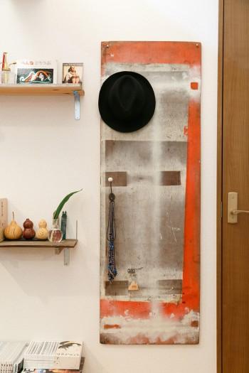 リビングの壁につけたのは家具屋で台車として10年使われていた板。自然についた塗料がかっこよくて売ってもらったそう。