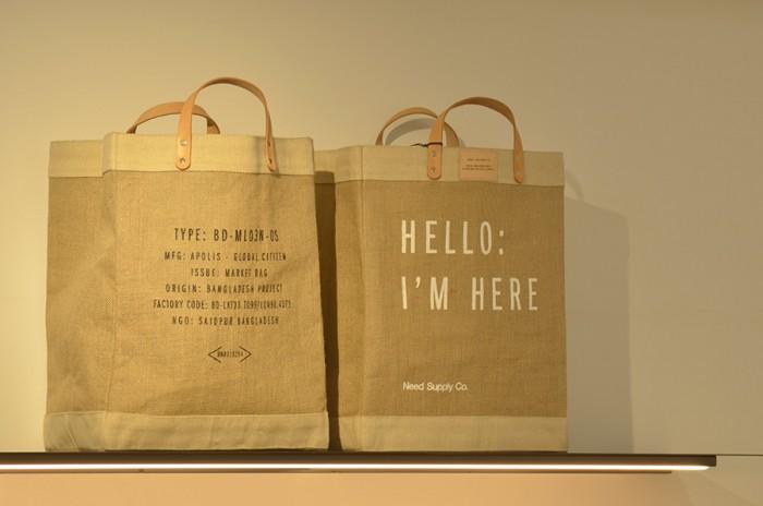 LAブランド「APOLIS」とタッグを組んでつくられたマーケットバッグ。2009年から始まったバングラデシュの女性支援プロジェクトで、高い技術を持った女性の職人の雇用と継続可能な生産、正当な報酬を受け取る機会を与えている。