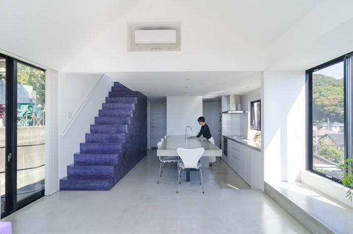 白とグレーの無機質なイメージの空間の中で差し色の紫が映える。2人ともに「モノをごちゃごちゃと置くのは好きではない」ため、普段でもこのようにモノを置かずにすっきりとした空間だという。