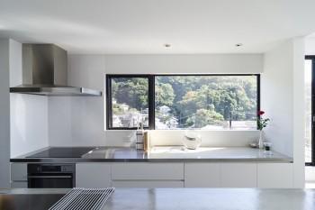 料理が得意という奥さんのお気に入りはやはりキッチン。窓際のステンレス部分はパンをこねるためのもの。