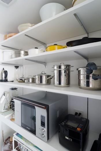 きれいに並べられた、キッチン奥の収納棚。