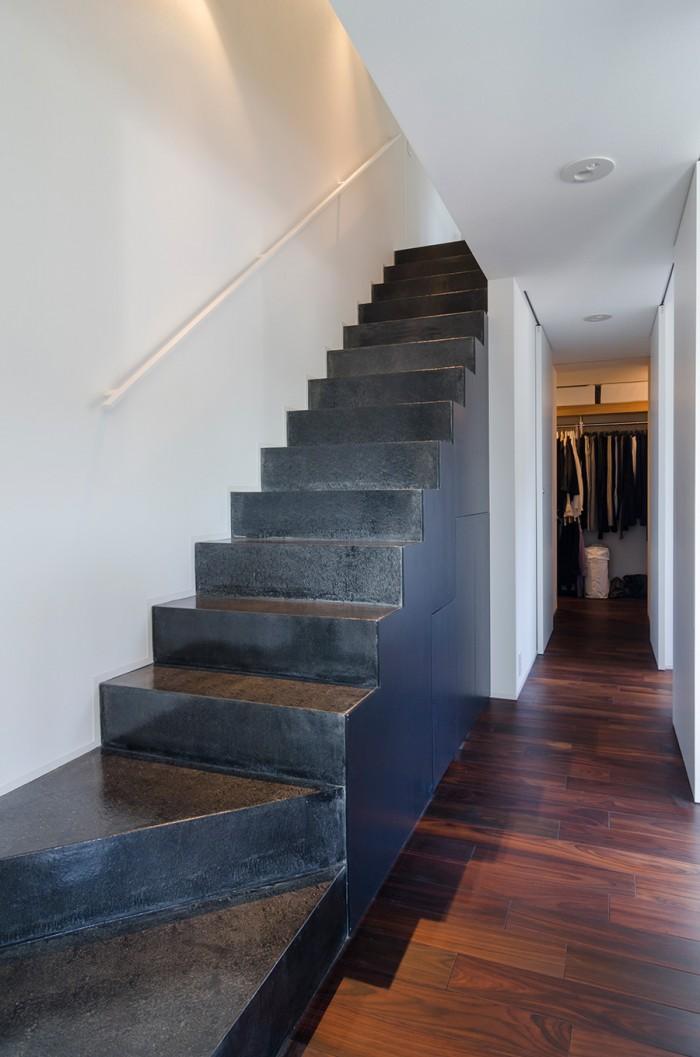 床のウッドと合うように1階から2階へと上がる階段は紫ではなくブラックに塗った。