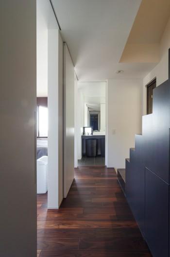 1階奥から洗面スペースを見る。左側が寝室。
