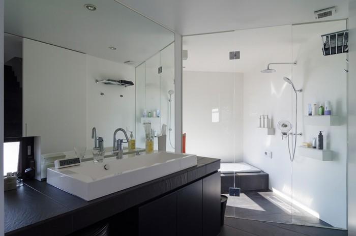 高級ホテルのような雰囲気をもつ洗面室と浴室。須田さんは休みの日に、お風呂に入りながら外を眺めたいと浴室の位置にこだわったという。