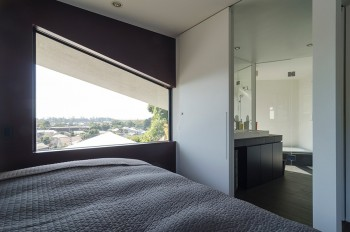 寝室から奥に浴室を見る。