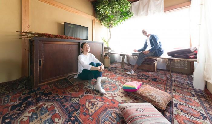 和室の趣きを活かしたリビング。ガジュマルの木の下、まったりとした癒しムードが漂う。シルバさんは鎌倉の「La maison ancienne」、中目黒の「La vie a la Campagne」などのオーナーであり、インテリアに関する本も出版。http://viealacampagne.com