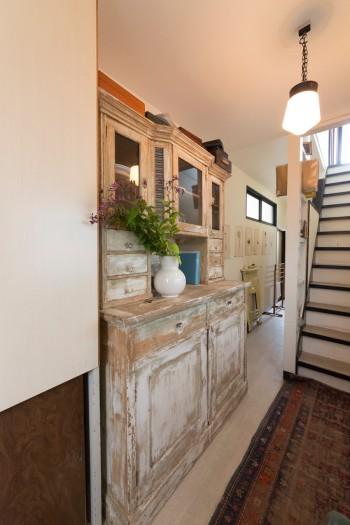 採光に工夫を凝らした廊下。階段横の壁は穴を開けてディスプレイスペースに。ペルシャ絨毯が温かさを与える。