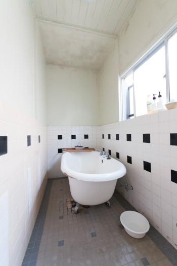 バスルームにはタイルを貼り、猫足のバスルームに取り替えた。