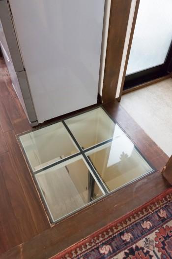 2階のリビング前の床に開口を設けた。これにより1階まで光が通り、家族の気配も感じられる。
