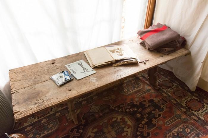 テーブルに使用しているのは、作業員のベッドだったというアンティーク。シルバさんはここでいつも服のデザインや空間デザインの構想を練る。