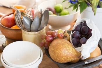 食卓にはいつもフルーツやケーキをたっぷりと。リンドウの花も大胆に活ける。